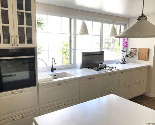 Küchenzeile mit versenkbarem Dunstabzug u. 330 cm Fenster zum Aufziehen