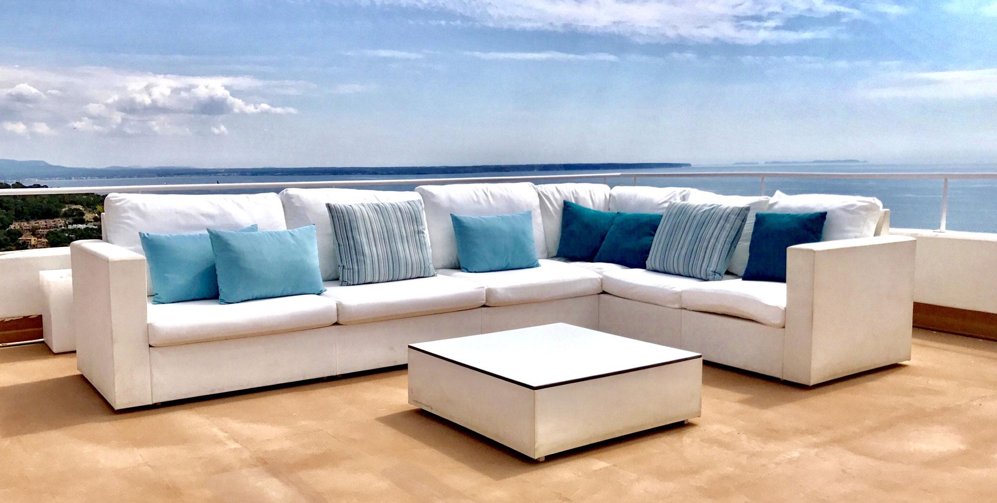 Großzügige Lounge auf Terrasse mit 360 Grad uneingeschränktem Rundumblick