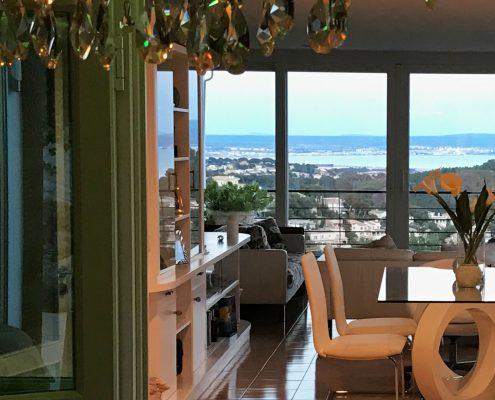 Wohnzimmer mit Meerblick auf die Bucht von Palma