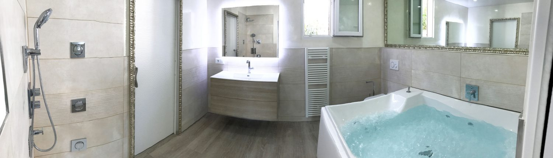 Badezimmer mit beheiztem Whirlpool