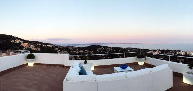 Lounge mit 360 Grad uneingeschränktem Rundumblick auf Berge und Meer