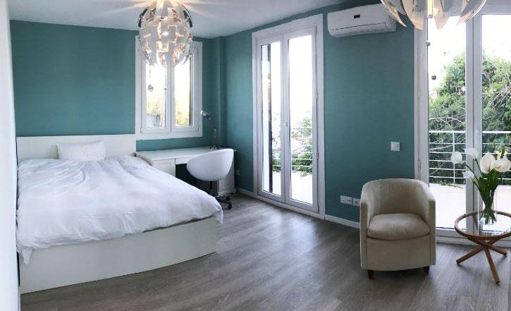 blaues 20m2 Schlafzimmer mit Zugang zum Garten