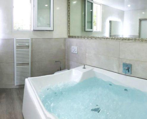 Badezimmer mit beheiztem Hoesch-Whirlpool
